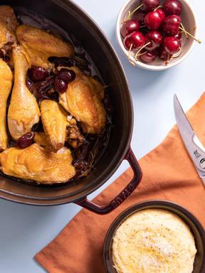 Brathähnchen mit Sauerkirschen und Balsamico auf cremiger Polenta