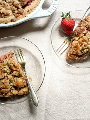 Gingered strawberry-rhubarb pie with crumb topping