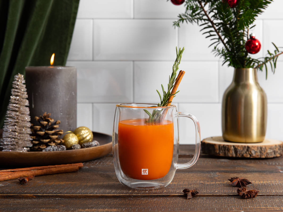 Warm and spicy apple-carrot juice