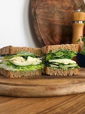 Hanna Macht ein Green Goddess Sandwich