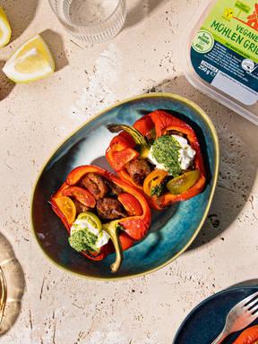 Paprika mit veganen Mühlen Grillern, Tomaten und Pesto