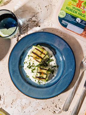 Zucchini-Päckchen mit veganem Mühlen Hack und Zitronen-Minz-Dip