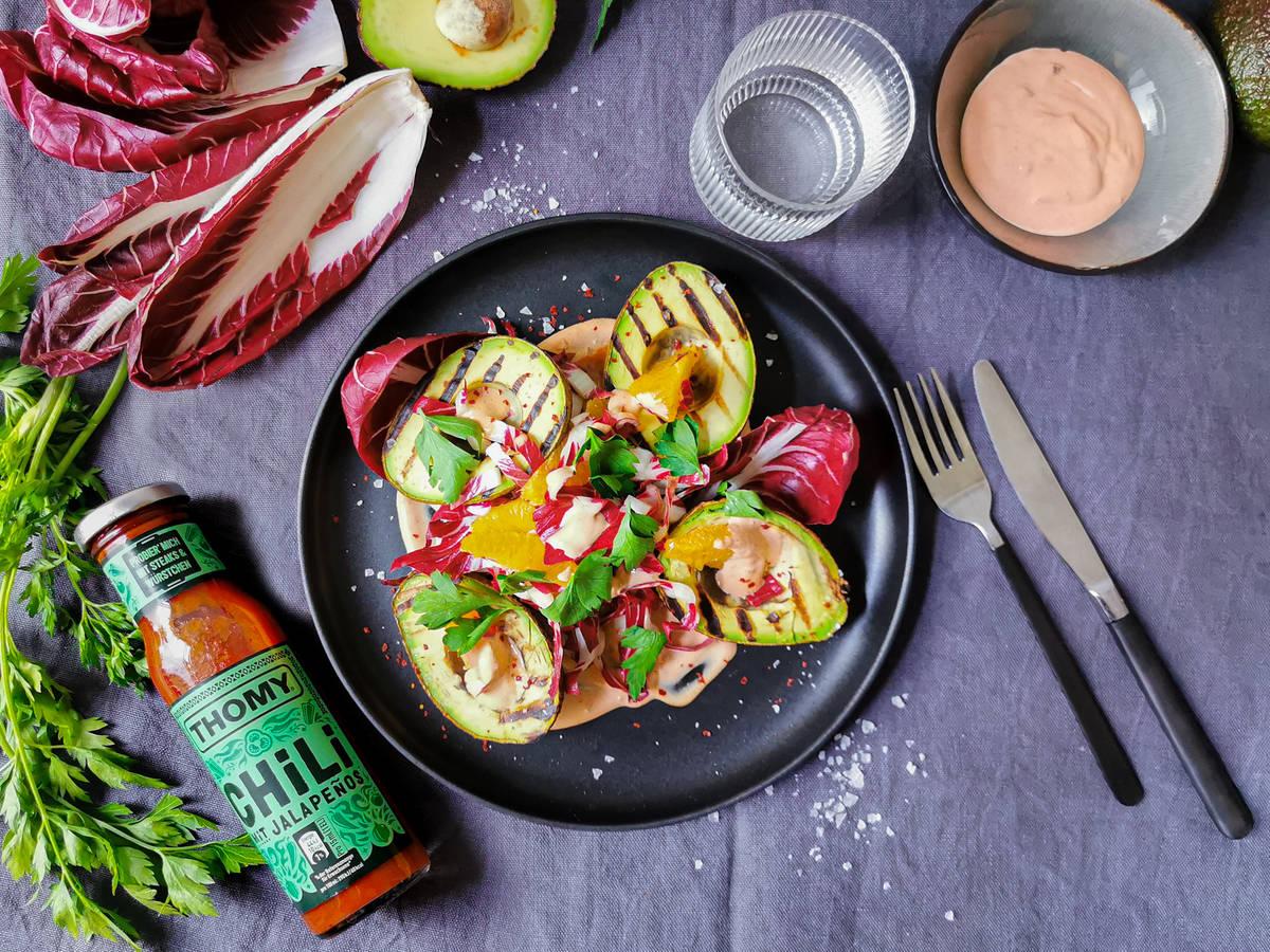 Gebratene Avocados mit sommerlichem Orangen-Radicchio-Salat und Chili-Dressing