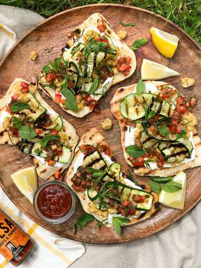 Pitabrote mit gebratenem Gemüse und Salsa-Dip