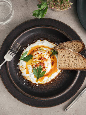Çilbir (türkische pochierte Eier mit Joghurt)