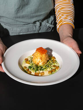 Make fancy creamed spinach and fried eggs with Hanna