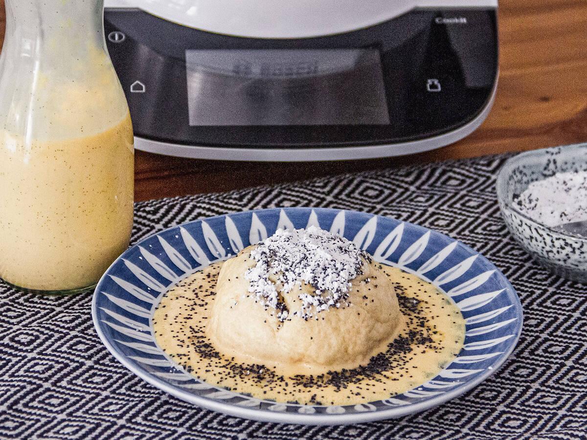 Dampfnudeln mit Kirschfüllung und Vanillesauce mit dem Cookit
