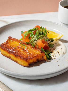 Make crispy potato stacks and smoked salmon with Hanna
