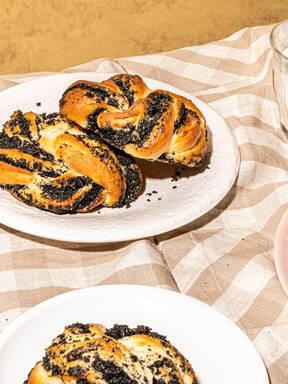 Milchbrötchen mit schwarzem Sesam