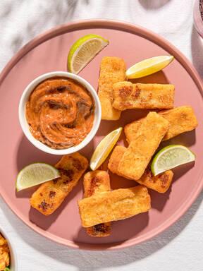 Grillkäse in Mandelkruste mit Mole-Mayo, dazu Mais-Salat mit Chili-Limetten-Dressing
