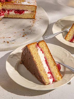 Lisa makes a summery sponge cake