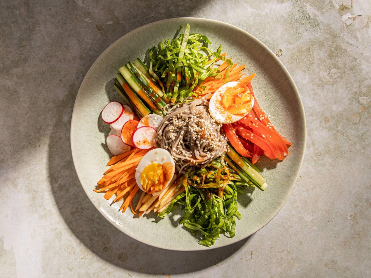 Scharfe koreanische kalte Nudeln mit Gemüse (Jaengban Guksu)