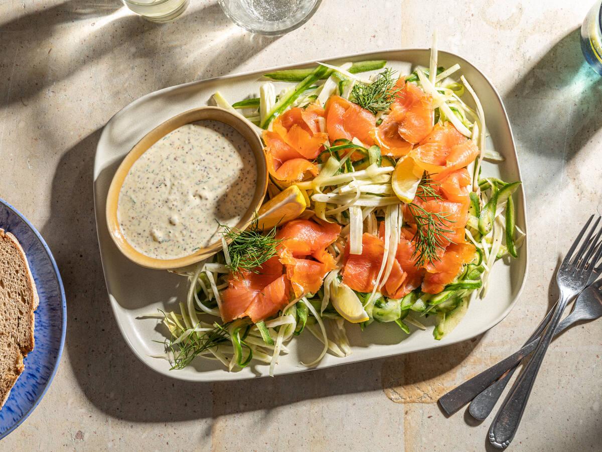 Einfacher Fenchelsalat mit Räucherlachs und Gurke