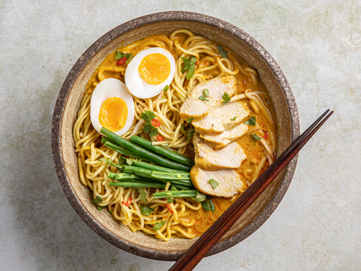 Laksa mit Hühnchen (malaysische Curry-Nudelsuppe)
