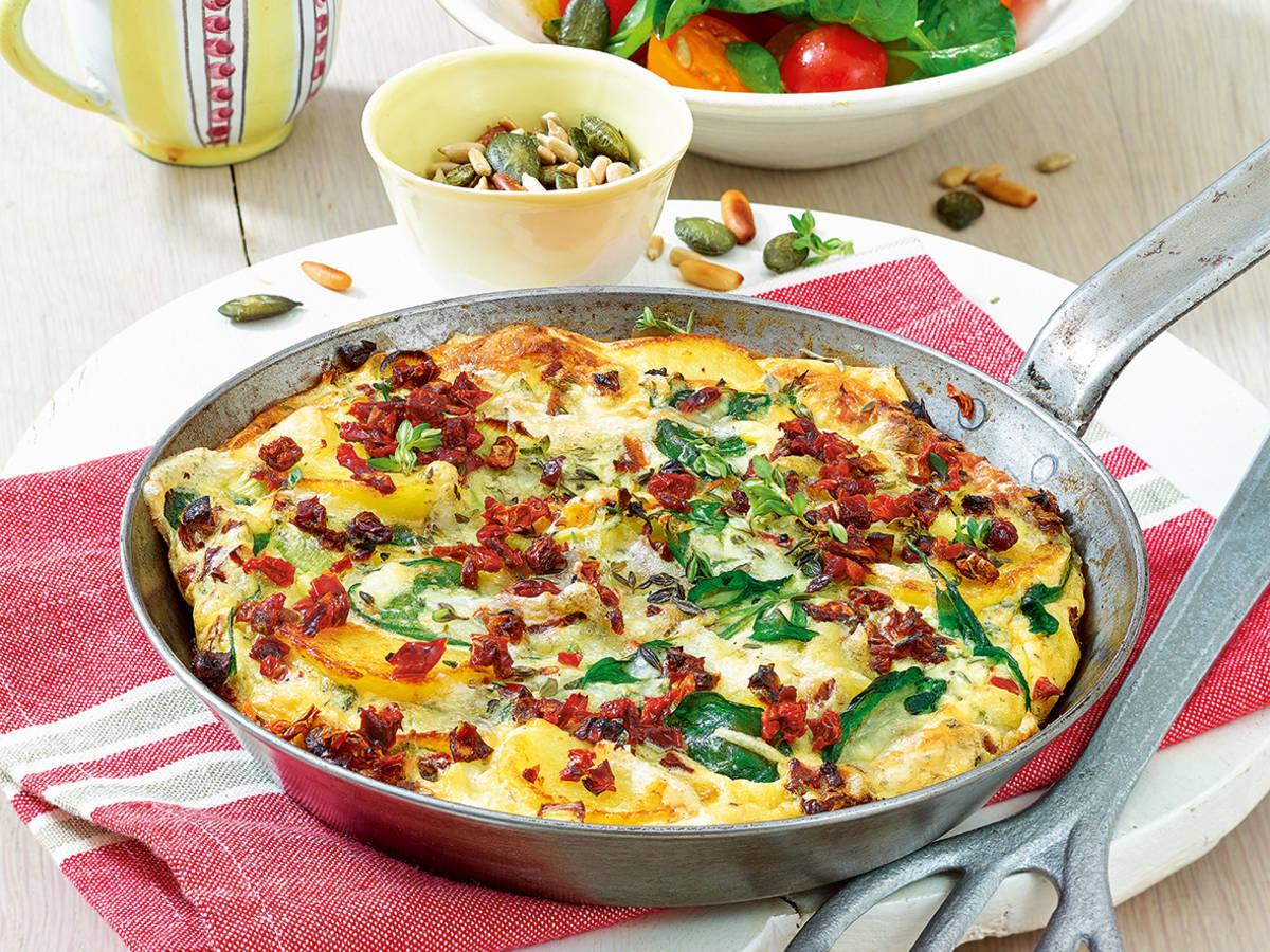 Spanisches Omelett mit Tomatensalat | Rezept | Kitchen Stories