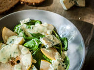 Simple spinach salad with blue cheese and pear