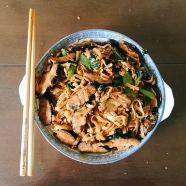Bunte Nudeln nach asiatischer Art