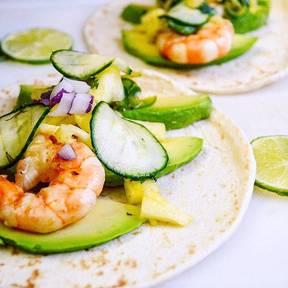Tacos mit Avocado, Garnelen und Limette