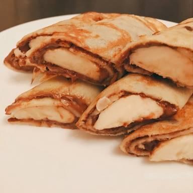 Gefüllter Vollkornpfannkuchen mit Banane und Schokolade