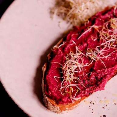 Brot mit Rote-Bete-Bohnen-Aufstrich