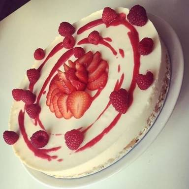 Classic cheesecake with red berries