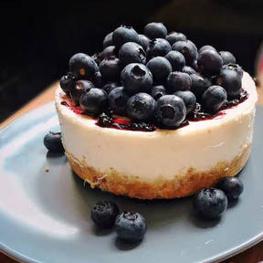 Classic cheesecake with blueberries
