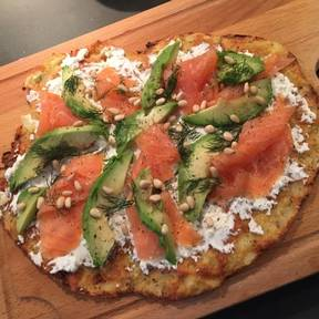 Cauliflower crust pizza with smoked salmon
