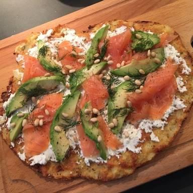 花椰菜脆皮披萨配三文鱼