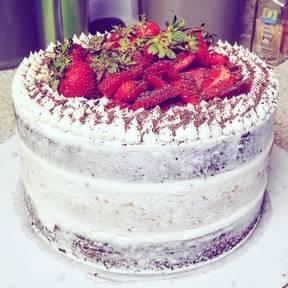Naked Cake mit frischen Erdbeeren