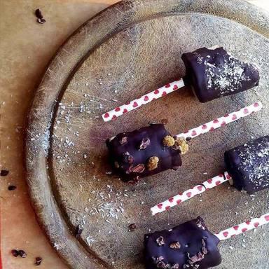 Bananen-Lollies mit dunkler Schokolade