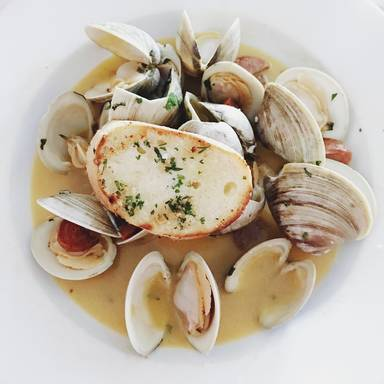 Fresh clams in garlic butter sauce
