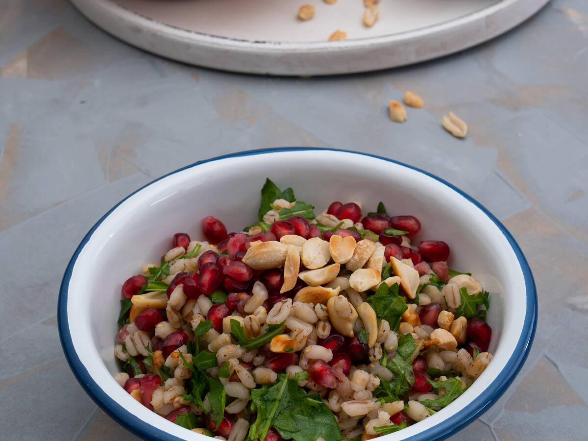 Graupensalat mit Erdnüssen und Granatapfel