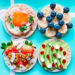 Rice cakes with fruit