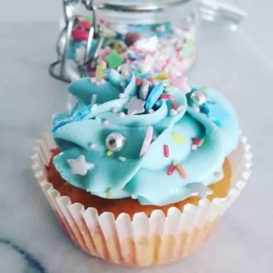 Vanille-Cupcakes mit Zuckerstreuseln