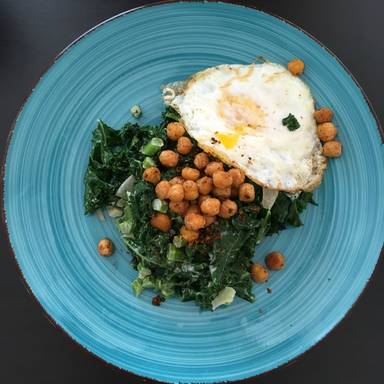 Kale salad with spicy chickpeas