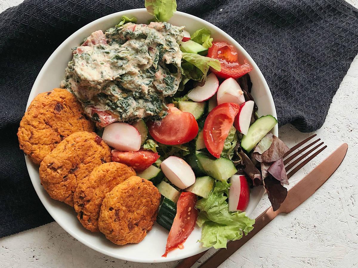 Vegane Linsentaler mit Spinat-Tomaten-Dip