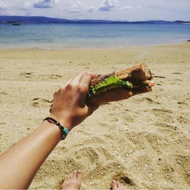 Mittagessen am Strand in Spanien