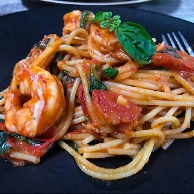 Makkaroni mit Garnelen und fruchtiger Tomatensoße