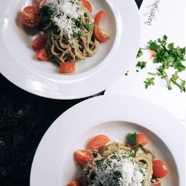 Spaghetti mit cremiger Avocado-Limetten-Sauce