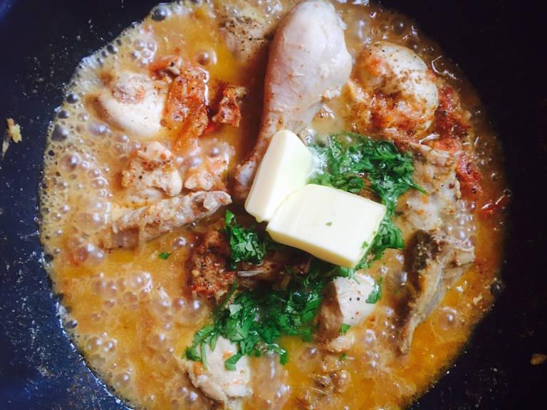 Zum Schluss Butter, Garam Masala, Zitronensaft und frischen Koriander dazugeben. Auf kleiner bis mittlerer Hitze ca. 5 Min. köcheln lassen. Noch heiß mit Naanbrot, Roti oder Raita servieren. Guten Appetit!