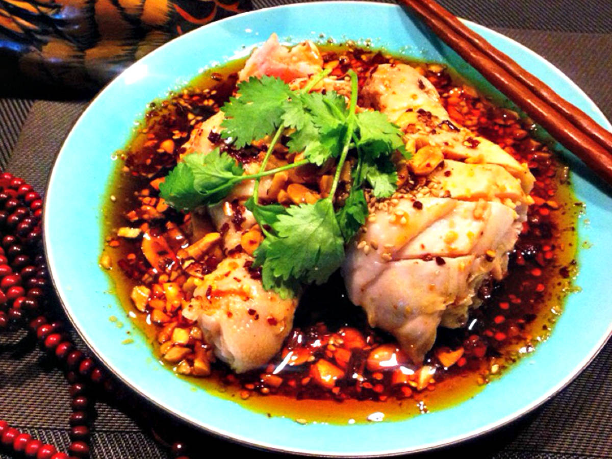 Steamed chicken drumsticks with chili sauce