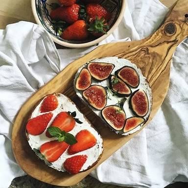 Bread with figs and strawberries