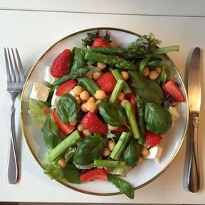 清爽的草莓芦笋沙拉