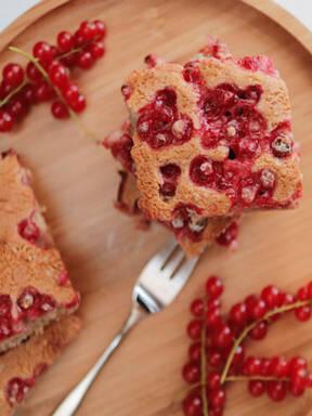 Veganer Blechkuchen mit Johannisbeeren